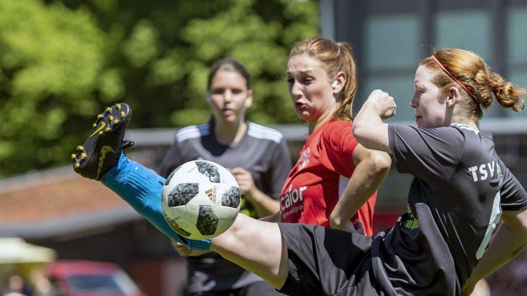 Anna Steinhof (TSV Korbach) im Zweikampf